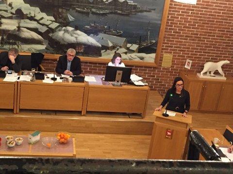 NY KOMMUNE: For første gang behandles budsjett- og økonomiplan for nye Hammerfest kommune. På talerstolen står ordfører Marianne Sivertsen Næss.