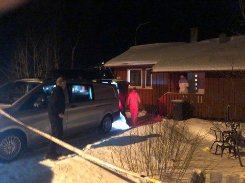 Kriminalteknikere fra Alta og Kirkenes går inn i huset, tirsdag kveld.