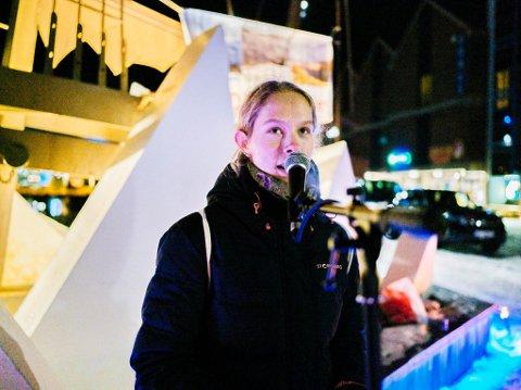 TALTE MOT NUSSIR: Den 14 år gamle jenta fra Grønn Ungdom, Victoria Sundt Garder er skuffet over at Nussir får fortsette. Torsdag kveld stilte hun på Hammerfest torg å sa sin mening.