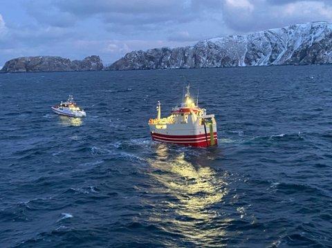I TRYGGHET: De seks fiskerne er nå på vei mot land. Her blir de slept av redningsskøyta Odin.