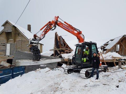 RIVING AV ERIKSENBYGGET: Eriksenbruket i Båtsfjord skal nå være revet etter at flere har uttrykt misnøye over det forfalte bygget. På bildet er ordfører Geir Knutsen og Bjørn Stian Pettersen.