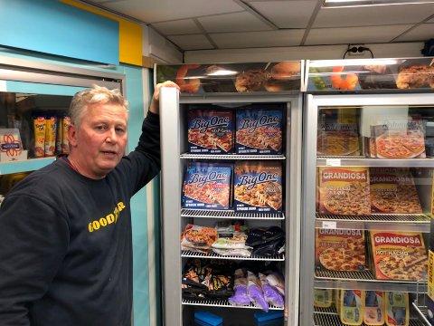 GODT UTVALG: Knut Rollstad er daglig leder og eier av Shell-stasjonen i Kirkenes. Han har et bredt utvalg av ferdigpizza tilgjengelig i fryseskapet, og forteller at det gjerne er i helgene at kundene forsyner seg av den hurtige matvarianten.
