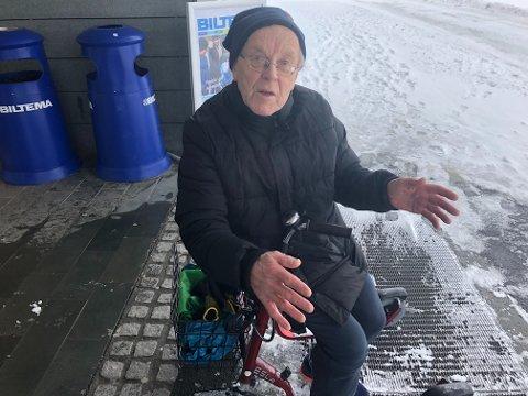 PUST I BAKKEN: Johannes Paulsen (80) må ta n pust i bakken etter å ha slitt seg gjennom snøskavlene i Alta med sparkesykkelen.
