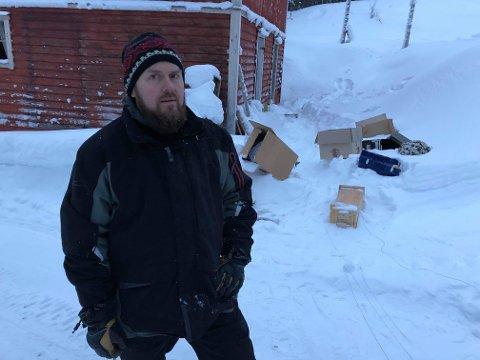 GLAD FOR OPPKLARING: Hytteeier Ken-Gøran Grøtte Pedersen er glad politiet ser ut til å ha oppklart innbruddet hos ham i Skoganvarre. Til og med på utsiden lå det slengt esker etter tyven(e)s raid.