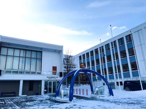 ANMELDTE LEDER: Hammerfest kommune har anmeldt en av sine ledere for seksuell trakassering av en kvinnelig ansatt. – Generelt ser vi svært alvorlig på alle former for seksuell trakassering. Vi ønsker et arbeidsmiljø der alle blir møtt med respekt, og der ingen blir utsatt for uønsket seksuell oppmerksomhet eller andre former for trakassering, sier Geir Nesse, leder for kultur og samfunn i Hammerfest kommune.
