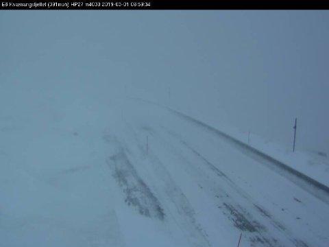 VANSKELIGE FORHOLD: Veiene er stort sett åpne, men stort snøfall og is på asfalten gjør kjøreforholdene utfordrende i øst og vest. Bildet er fra Kvænangfjellet fredag morgen.