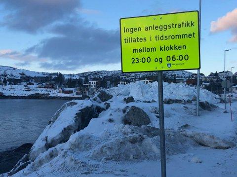 ULOVLIG: Alta kommune har satt opp skilt om forbudet mot nattarbeid mellom 23 og 06 på Skajaluft. Beboerne håper det hjelper.