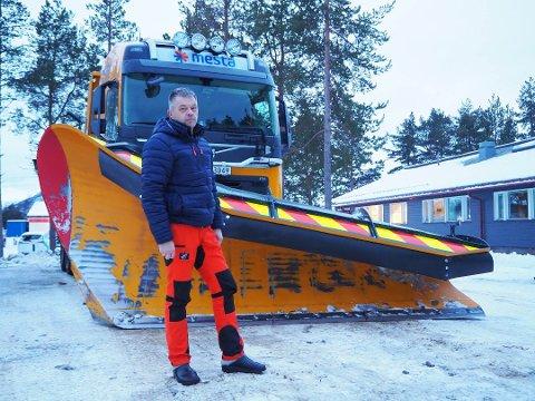 UTFORDRENDE: Geir Aslaksen, driftsleder i Mesta, mener at den nye fartsgrensa for brøytebiler er utfordrende, og forstår godt at mange blir frustrert av å vente på kolonnen.
