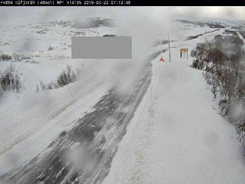 DÅRLIG SIKT: Ifjordfjellet er kolonnekjørt fredag morgen. Bildet er tatt ved Kifjordkrysset, hvor vegvesenet melder om snø- og isdekke, og stedvis redusert sikt.