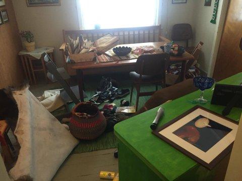 TORNADO: Tyvene har gått som en tornado fra rom til rom i hytta, og levnet kaos overalt.