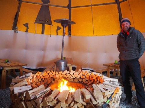 VINTER ET VIKTIGST: Det er på vinteren daglig leder for Glød Explorer i Alta, Trygve Nygård, henter brorparten av selskapets inntekter. Her er han inne i en av de fem igloo-ene som de bruker.
