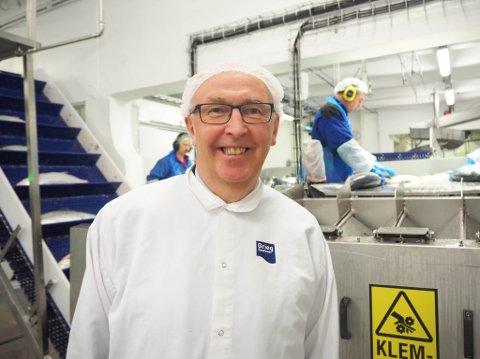 IMPONERT: Arvid Moss er President for NHO. Han var torsdag på besøk på lakseslakteriet til Grieg Seafood på Simanes. Moss ble spesielt imponert over den korte tiden det tok fra fisken var i havet, til den endte opp i en kasse på vei ut i verden.