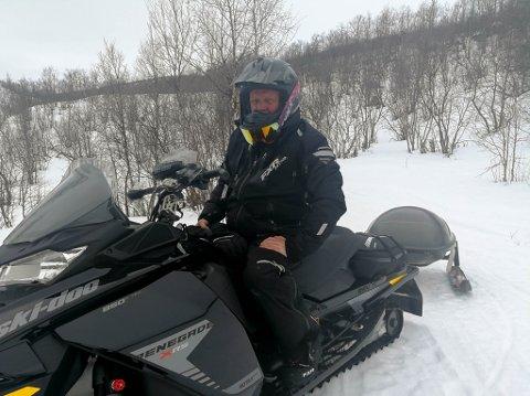 LEDER: Karl Ivar Kristensen er leder for det som tidligere het Alta snøscooterforening. Her er han på scootertur ved hytta ved Máze.