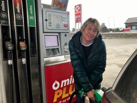 FYLLTE TANKEN: Randi Sandness fyllte tanken i Alta tirsdag før påsketur til Nuvsvåg.