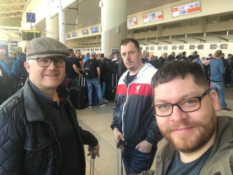 BLID TROSS ALT: Medgangen på fotballbanen for tiden hjelper Geir Olav Næss, Jan Tore Jærvi og Robert Lundgren med å holde motet oppe på flyplassen i Liverpool. Mandag sang de Liverpool-sanger på flyplassen mens de ventet på å komme seg derfra.