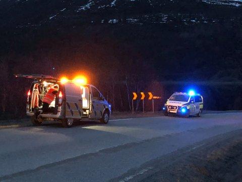 DØDSULYKKE: Veien er sperret etter en dødsulykke ved gamle Kåfjordbrua.