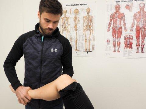 BYTTER PLASS: Alta IF-spiller og fysioterapeut Christian Reginiussen må bytte plass med pasientene sine behandlingsbenken. Han knakk på torsdag tåa på trening. Her er han på jobb på Manuell Terapi i Alta ved en tidligere anledning.