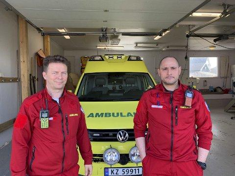 SKAPER FRYKT: Ambulansearbeiderne Dan Svendsen (t.v.) og Daniel Sivertsen i Berlevåg er redd for at Røde Kors-videoen skaper frykt hos folk på grunn av gale tall om utrykningstid.