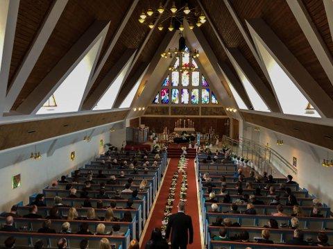 FULLSATT: Benkene ble fylt opp i Hammerfest kirke da Morten Langseth Nygaard ble bisatt onsdag.