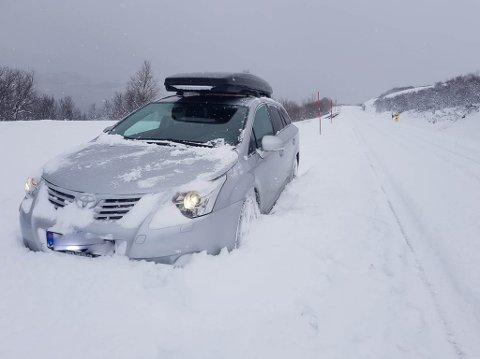 IKKE BRØYTET: Veien mellom Kirkenes og Neiden var ikke brøytet torsdag morgen. Det fikk Jarle Olsen erfare.