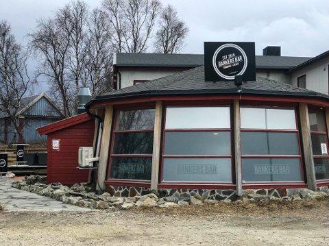 LENGE ALENE: Bankers Bar i Lakselv sentrum har lenge vært det eneste utelivstilbudet i Lakselv. Nå får Daniel Mathisen konkurranse om kundene.