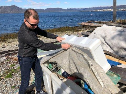 LEI: All søpla i strandområdet irriterer Vidar Kristensen. Han ønsker seg en opprydningsaksjon i regi av kommunen.