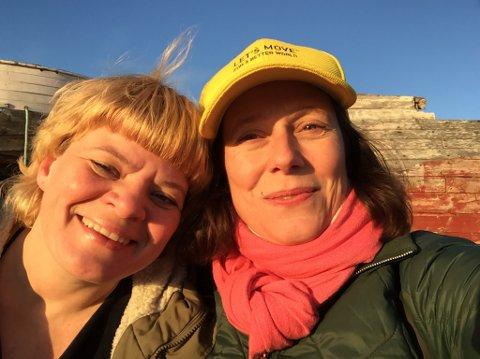 FRELST: Prosjektleder Ida Løken Valkepää lot seg bergta av både naturen og historien i Vardø. Her sammen med dramaturg Lina Killingdalen.
