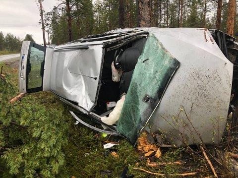 UTFORKJØRING: Bilen har fått store skader etter utforkjøringen.