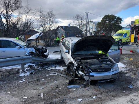 STORE SKADER: Begge bilene er smadret i forskjermene. Deler lå strødd på bakken.