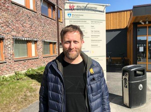 Geir Jøran Sara utenfor Alta helsesenter tirsdag.