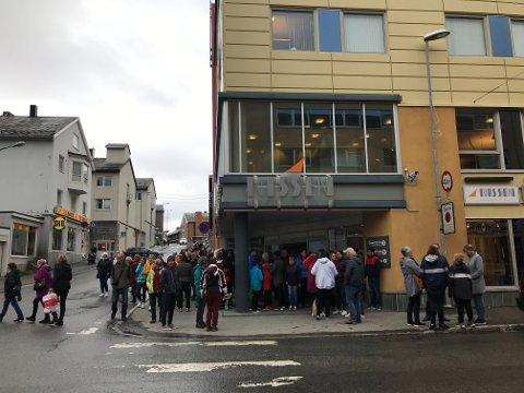SENDT UT: Kundene ble sendt ut fra Nissensenteret da alarmen gikk cirka klokken 12:35.