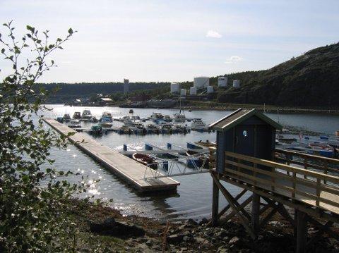 TOK SEG INN: Noen tok seg inn i båter i Urnesbukta på Amtmannsnes midt i Alta onsdag.