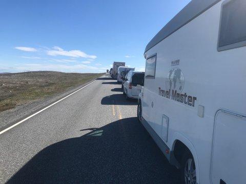 STOR KØ: Veien ble stengt som følge av ulykken.