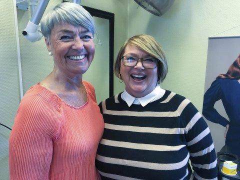 GODT HUMØR: Irene Lennert-Rakfjord (til venstre) og Siv Diana Arnesen liker seg fortsatt på jobb som frisører. Foto: Trond Ivar Lunga