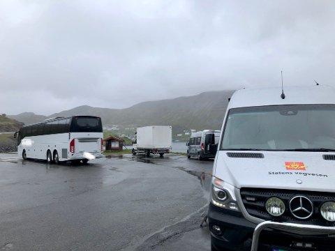 FIKK IKKE KJØRE VIDERE: Passasjerene i denne turistbussen måtte få annen transport vekk fra Nordkapp.