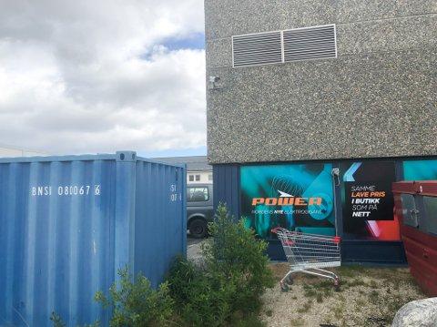 OVERVÅKER BAKGÅRD: Videkameraet henger høyt på veggen og overvåker bakgården til Power i Lakselv.