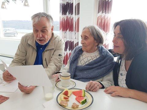 BREV FRA KONGEN: Her leser 100-årige Vally Klausen gratulasjonsbrevet fra kong Harald sammen med eldstesønnen Frank Klausen (76) og eldste barnebarn, Ann Kristin (51), datter til Frank.