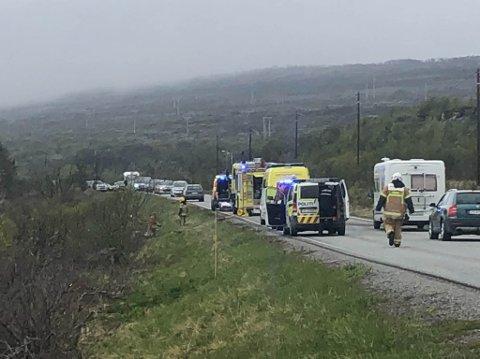 ULYKKE: En bil kjørte av veien ved Andersby utenfor Vadsø lørdag ettermiddag. Skadeomfanget er foreløpig ukjent.