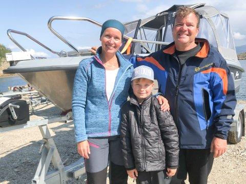 BÅTFOLK: Linda Simenssveen Lillesolberg, Arve Solberg,  og sønnen deres Krisander Lillesolberg (7) nyter båtlivets gleder i Porsanger.
