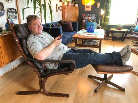I GODSTOLEN: Magnus Gjøvik Martinsen sitter i godstolen av gammelt godt norsk design.