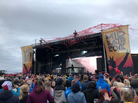 LAGDE SHOW: Da Alan Walker inntok Midnattsrocken, strømmet alle festivaldeltakerne fram foran scenen for å danse.