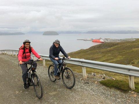 SPREKINGER: Jonas Gahr Støre og Marianne Sivertsen Næss på vei opp til turhytta på Storfjellet. Melkøya i bakgrunnen. Foto: Trond Ivar Lunga
