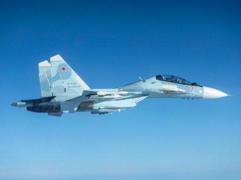 FLANKER: Norske F-16 har blant annet filmet det russiske SU 30 Flanker. Dette bildet er imidlertid tatt av samme flytype av britiske kolleger som fløy ut fra NATO-basen Ämari Air Base i Estonia fredag 14. juni. Fra britene sine Typhoon jagerfly ble russeren fotografert.