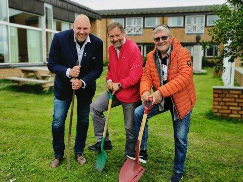 FØRSTE SPADETAK: Vadsøs ordfører Hans-Jacob Bønå (H), Otto Strand (Krf) og Bernt-Aksel Jensen (VL) er glade for å kunne ta første spadetak for utbyggingen av dagsentert ved Vadsø helsesenter.