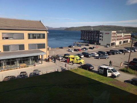 HENTET AV AMBULANSE: Personen som ble truffet av flaggstanga, ble raskt hentet av ambulansen.