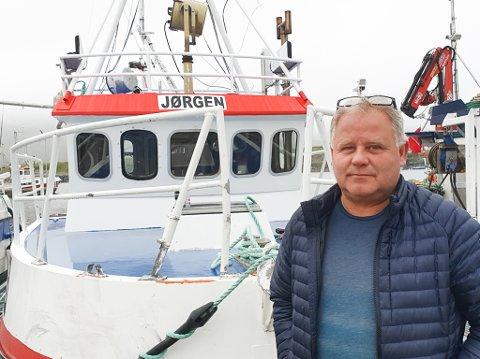 TAR SEG BETALT: Fiskeskipper Øyvind Berg i Mehamn er glad for strenge bestemmelser for fiskebåtene. Men han synes firmaene som har fått godkjenning for å ta kontroll, tar seg godt betalt.
