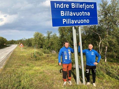 BYGDA: Arnulf Thomassen og Ørjan Langsholt med skiltet på tre språk til bolystbygda Billefjord. I bakgrunnen skiltet som viser sauer i veien, som gjorde bygda kjent før man fikk et fotballag som dro hundrevis av publikum.