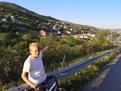 """SÅ BARNA: Det var her Tord Nordahl Tiberg stoppet opp på sykkelturen sin. Like ved det gule huset med hvit pipe så han de to barna som var på vei mot elva. Barnehagen barna hadde """"rømt"""" fra er det røde bygget like bak."""