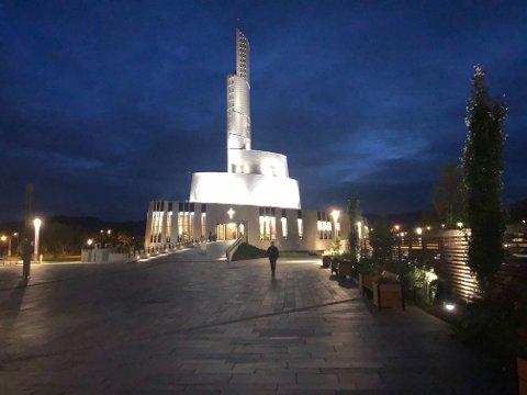 SAMLET SEG: Vel 10 ungdommer var samlet i Nordlyskatedralen lørdag kveld. Kirken holdt åpent for alle som ønsket å møtes i sorgen.