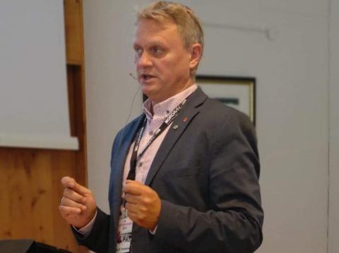 TRENGER KJEDE: Ivar B Prestbakmo (Sp) trenger et nytt fylkesordførerkjede. Vi regner med at resultatet blir langt mer flott, enn snora med nøkkelkort som har på dette bildet.